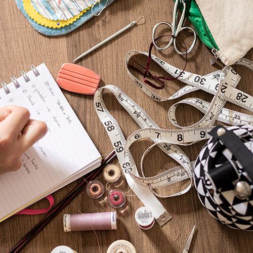 Bobines de fil, ciseaux, mètre à mesurer et accessoires de couture