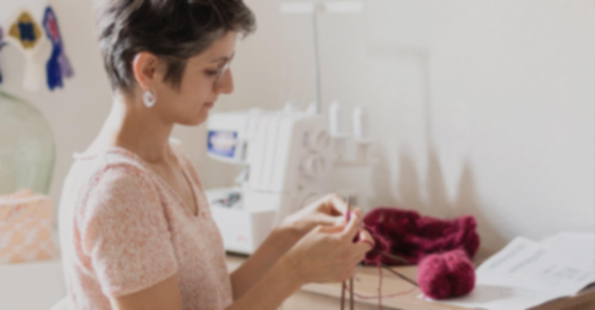 Emilie en train de concevoir un vêtement