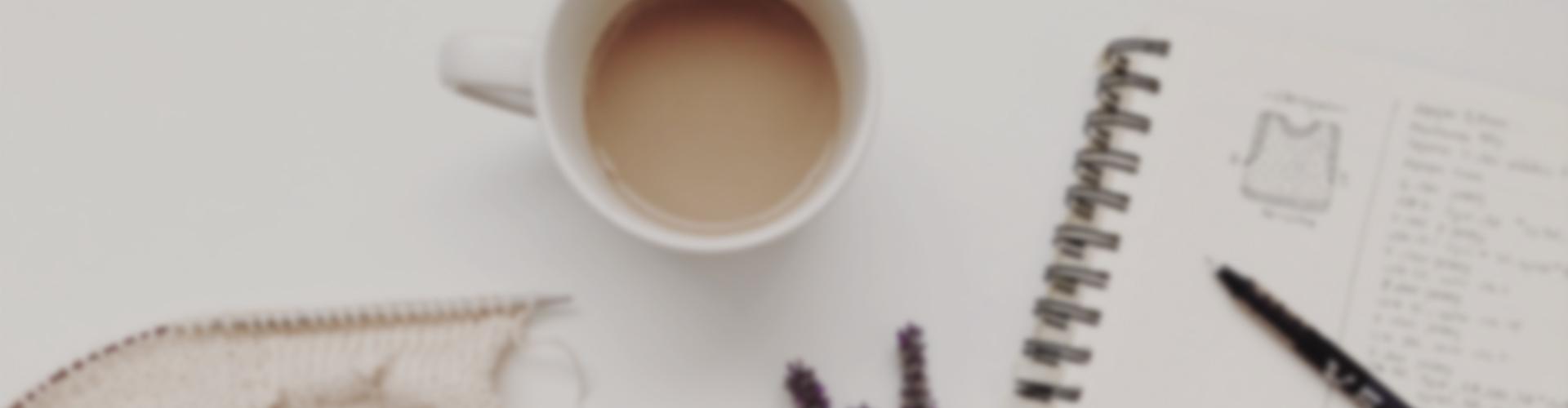 Tasse à café, carnet, fleurs et tricot