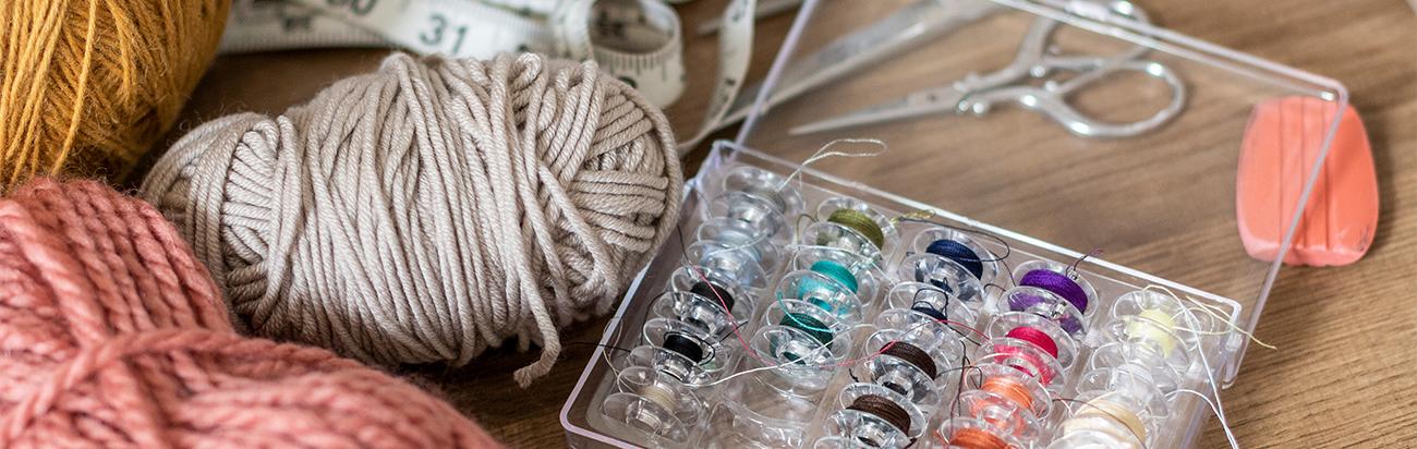 Bobines de fil et pelotes de laine