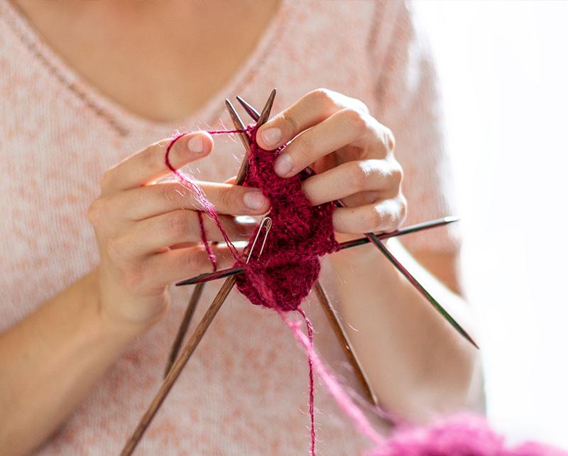 Emilie en train de tricoter